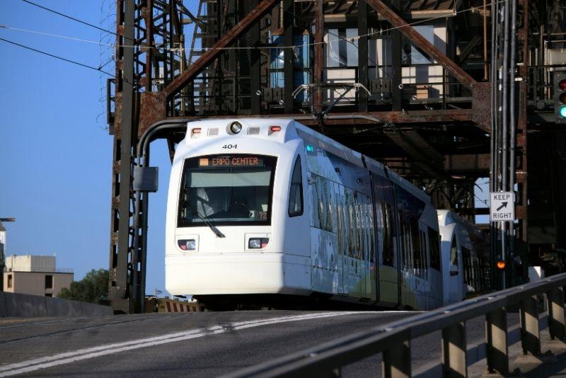 train on a bridge in Portland Oregon, How to use the Portland MAX train
