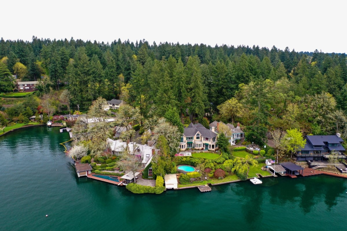 view of homes on Lake Oswego, top 3 Fastest Growing Cities in Portland, OR, Living in Portland Oregon real estate agents